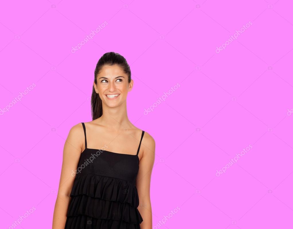 attraktive Brünette Mädchen mit schwarzen Kleid nachschlagen ...