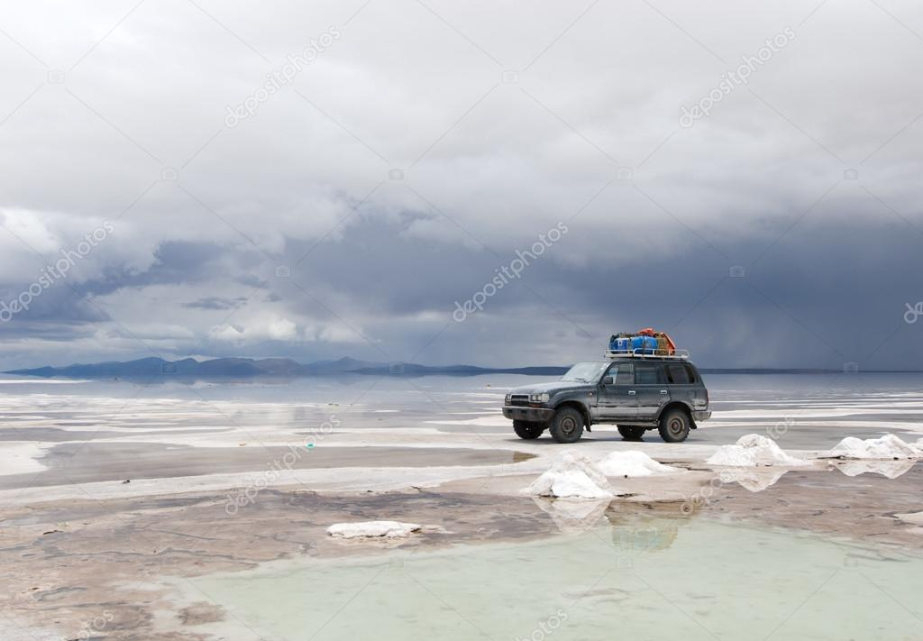 https://st.depositphotos.com/1466059/1741/i/950/depositphotos_17419923-stock-photo-jeep-in-the-salt-lake.jpg