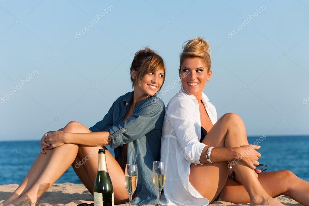 Фото двух брюнеток на пляже фото 363-172