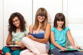 Teenager Studenten sitzen mit Dateien