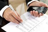 ženské ruce přezkoumání účetním dokladem.