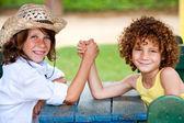 Fotografie zwei Kinder, Handgelenk zu kämpfen, im park