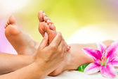 Wellness-Therapeutin macht Fußmassage