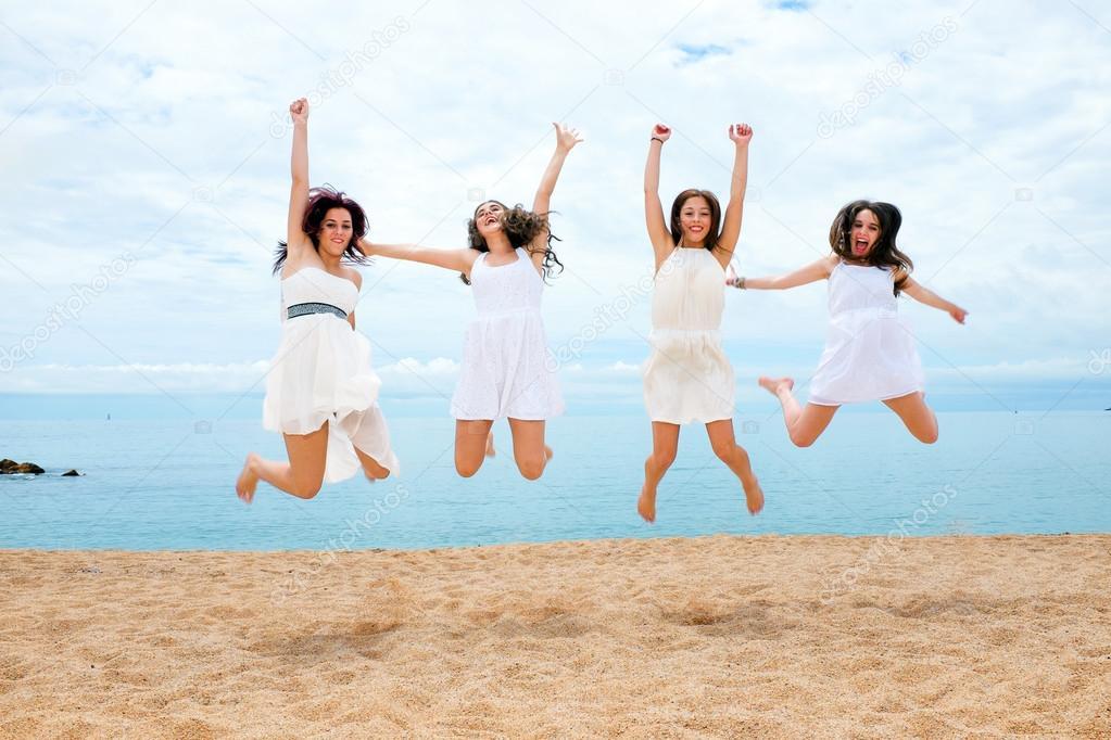 Cuatro Amigas Saltando En La Playa Fotos De Stock Karelnoppe