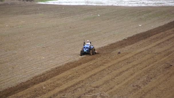 Traktor szántás a tavaszi mező