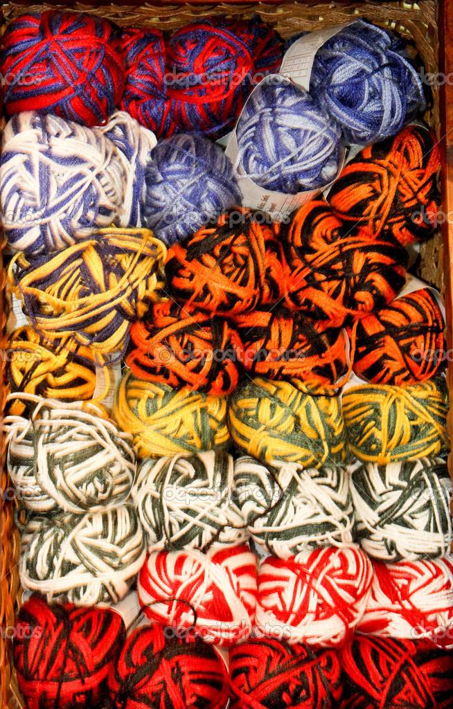 Madejas de hilo brillante color abigarrado — Foto de stock ...