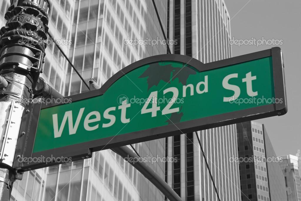 Carteles de la calle de west 42nd street, nyc — Foto de ...