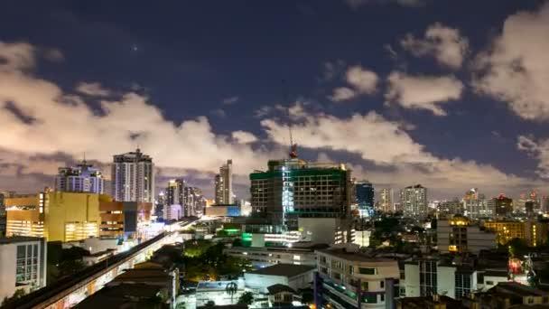 TimeLapse - város, az éjszakai cloudscape holdfényben
