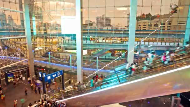 TimeLapse Shopping mall mozgólépcsők, a háttérben légi metró