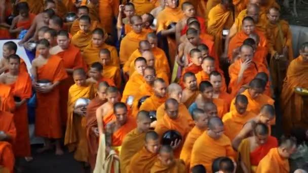 Mönch-Messe Almosen geben in Bangkok