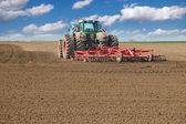 traktor obdělávání pole