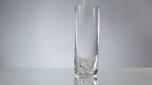 mléko se nalije do vysoké sklenice