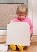 Fotografia bambina cerca nella casella con la pizza
