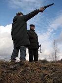 Fotografie muži zastřelí v venkovské oblasti