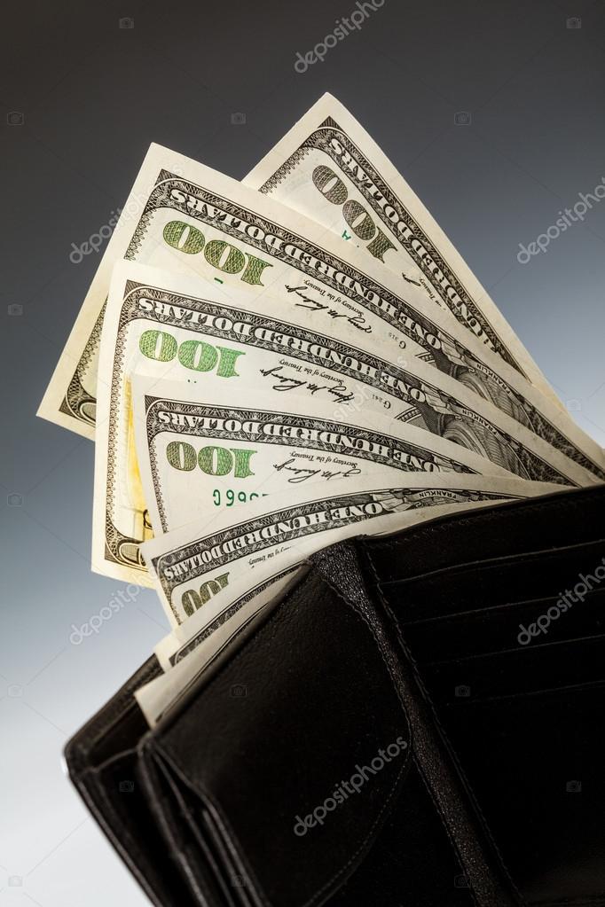 31219ffc8 Billetes de dólar en la billetera de cuero sobre fondo oscuro — Foto de ...