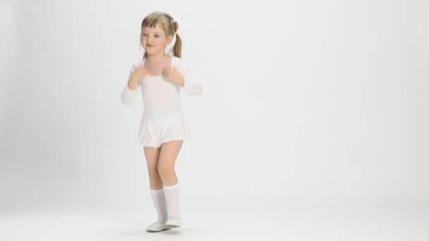 hezká holčička, běh a dělat cvičení