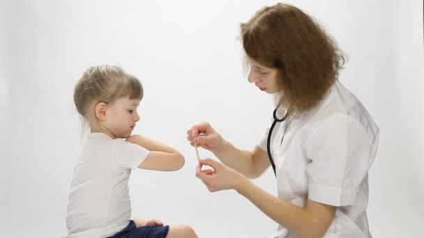 Arzt und kleiner Patient