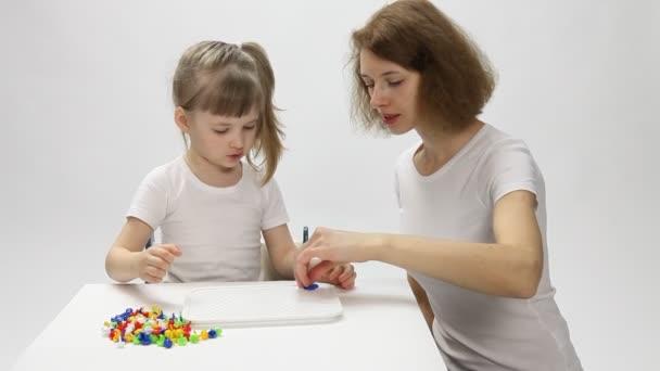 mladá matka a její dcera hraje