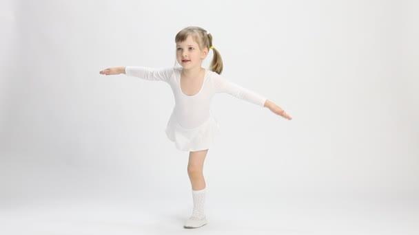 aktives kleines Mädchen tanzt