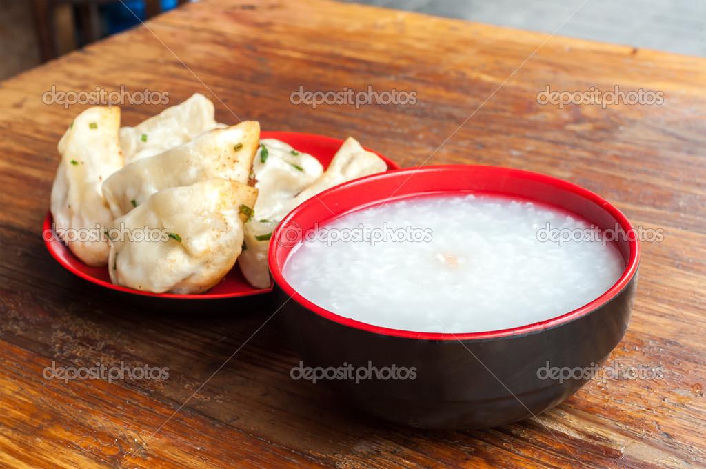 Una tipica colazione cinese congee e gnocchi di carne di for Colazione cinese