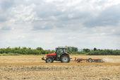 traktor příprava pole