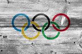 A régi fa deszka háttér festett olimpiai zászlaja