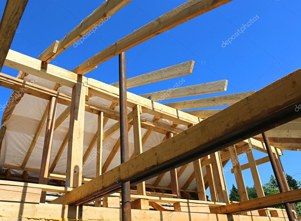 instalación de vigas de madera en la construcción de la casa de ...