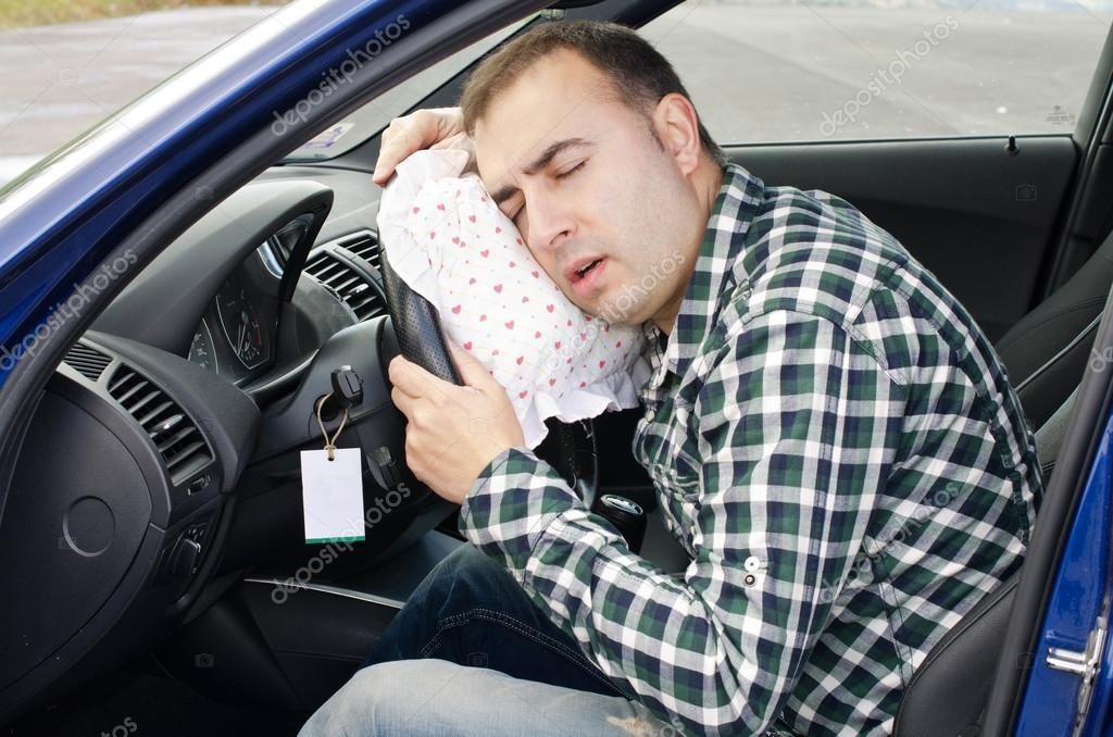 человек спит в машине фото левой части главного
