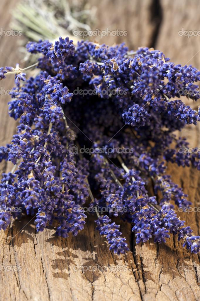 blumenstrauss trocknen ein blumenstraua frisch geerntete lavendel gebunden auf einem alten holztisch foto von tkphotography aber wie rezepte
