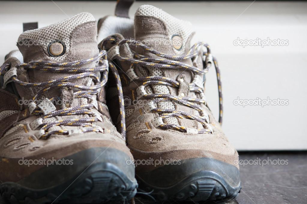 Ένα ζευγάρι παλιά φθαρμένα παπούτσια πεζοπορίας σε κοντινό πλάνο — Εικόνα  από amyinlondon e87b60d8053