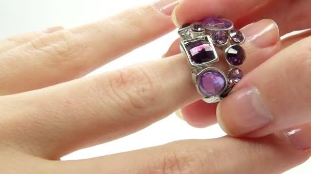šperky prsten s fialovým krystaly na prst