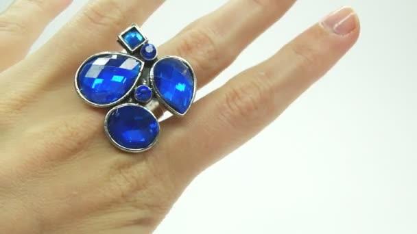 šperky prsten s modrým safírové krystaly na prst