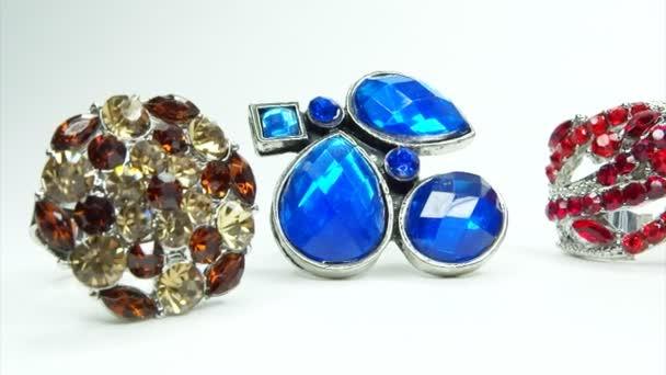 drahé stříbrné prsteny bižuterie s krystaly drahokamů