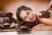 Fotografia maschera termale al cioccolato. trattamento spa di lusso