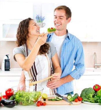 счастливая пара, готовящая вместе. сидение на диете. здоровая еда