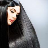 Fotografie lange glatte Haare. schöne brünette Mädchen