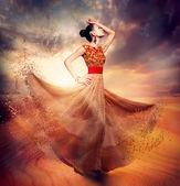 Tančící ženy nosí foukání dlouhé šifónové šaty