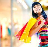 Fotografie Frau Schönheit mit Einkaufstüten in Einkaufszentrum