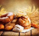 Pékség kenyér egy fából készült asztal. Különböző kenyeret és köteg