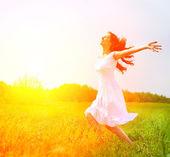 požitek. zdarma šťastná žena užívat přírodu. dívka venkovní