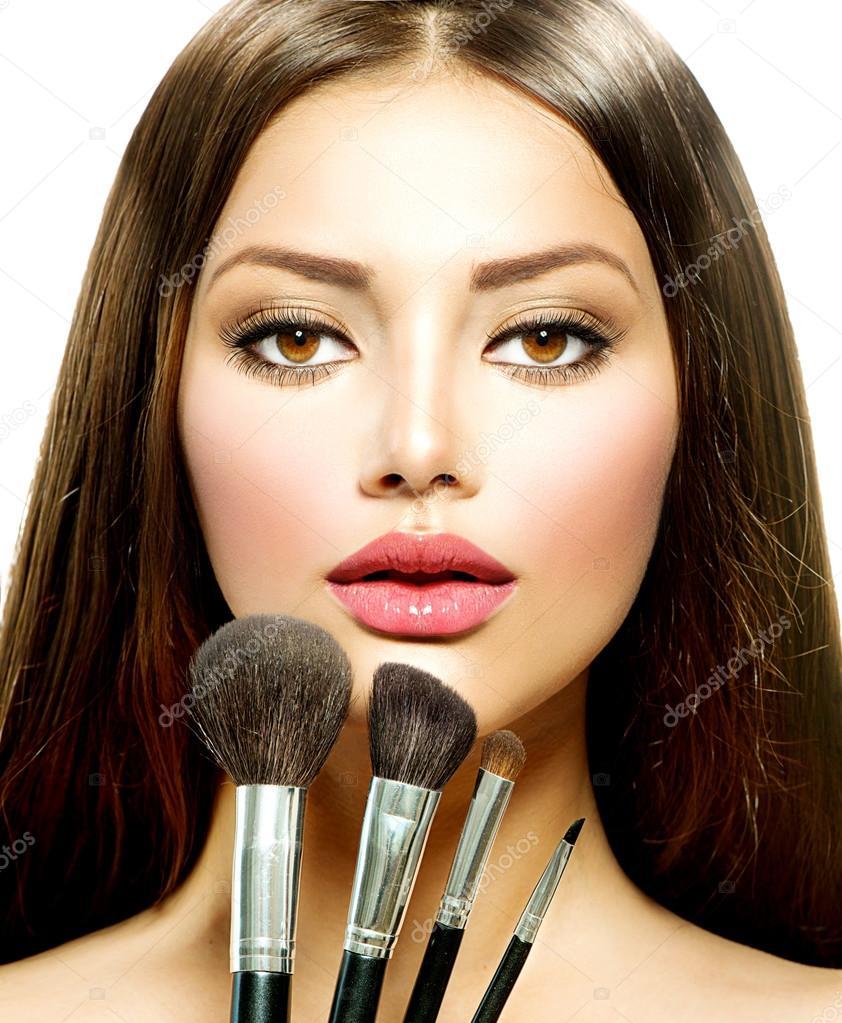 Fille de beaut avec des pinceaux de maquillage maquillage pour femme brune photographie - Maquillage pour brune ...