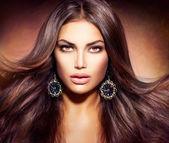 Glamour krásná žena s foukáním hnědé vlasy