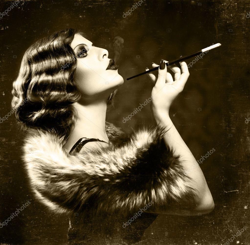 Rauchende Retro-Frau. Vintage gestylte Schwarz-Weiß-Foto