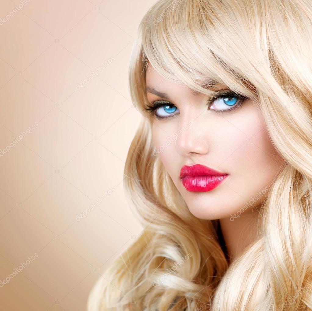 Retrato De Mulher Loira Linda Loira Com Cabelo Longo Ondulado Fotografias De Stock