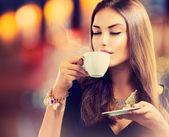 Fényképek kávé. gyönyörű lány, alkoholfogyasztás, teát vagy kávét