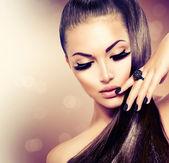 Schönheit Mode Modell Mädchen mit langen gesunden braunen Haaren