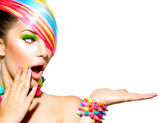 Krása ženy s barevný make-up, vlasy, nehty a příslušenství
