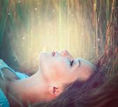 Fényképek szabadban élvezi természet tizenéves lány