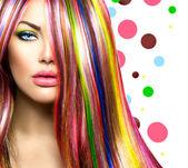 Fotografie bunte Haare und Make-up. Schönheit Mode Model Mädchen