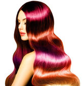 Krásy dívka modelu s dlouho zdravé barevné vlnité vlasy